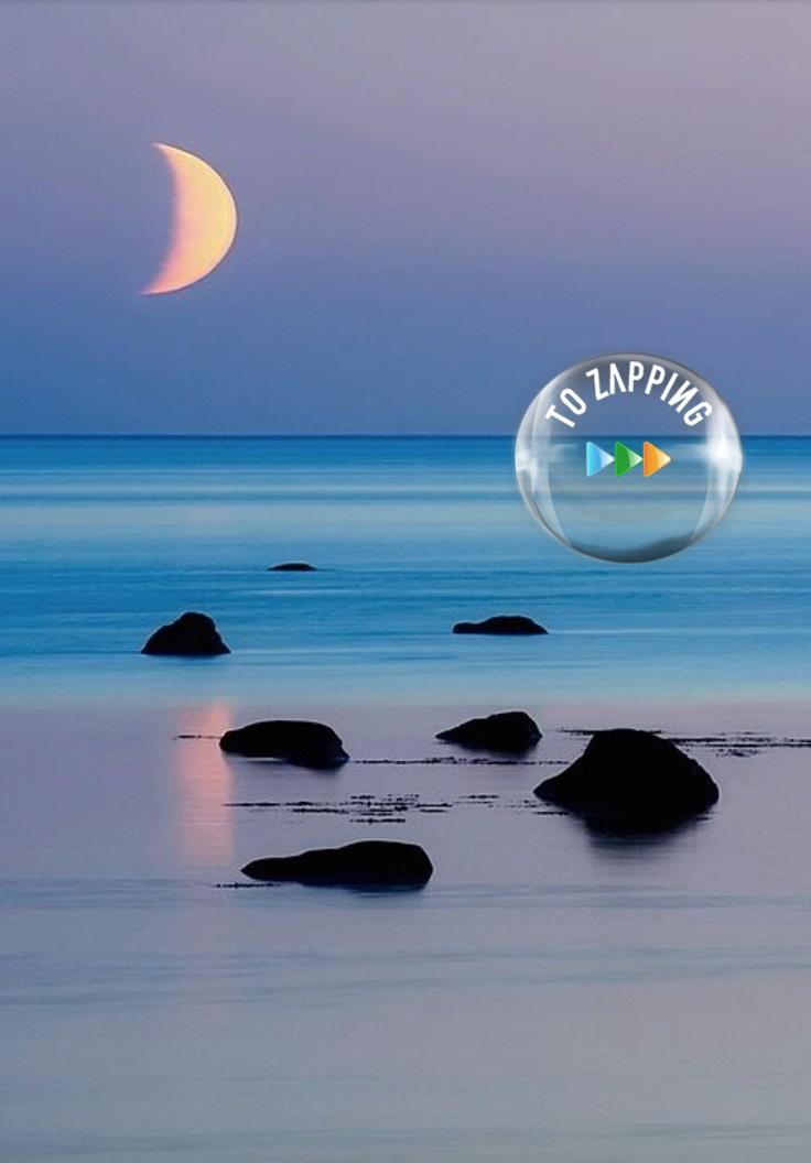 La luna reflejada en la arena de la playa