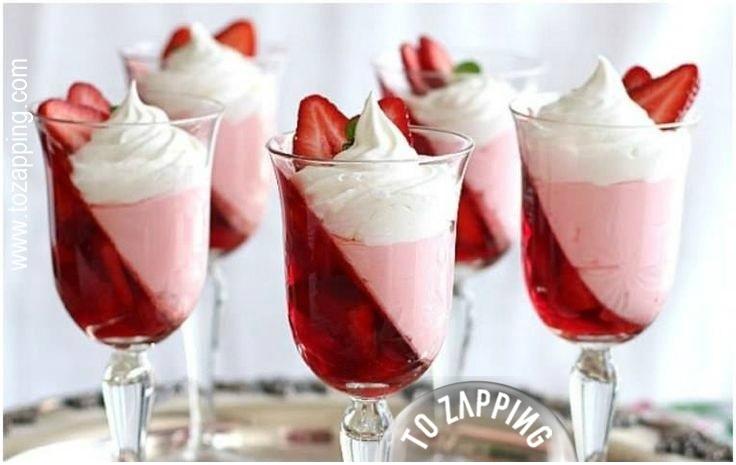 Delicioso postre de gelatina de fresa y nata